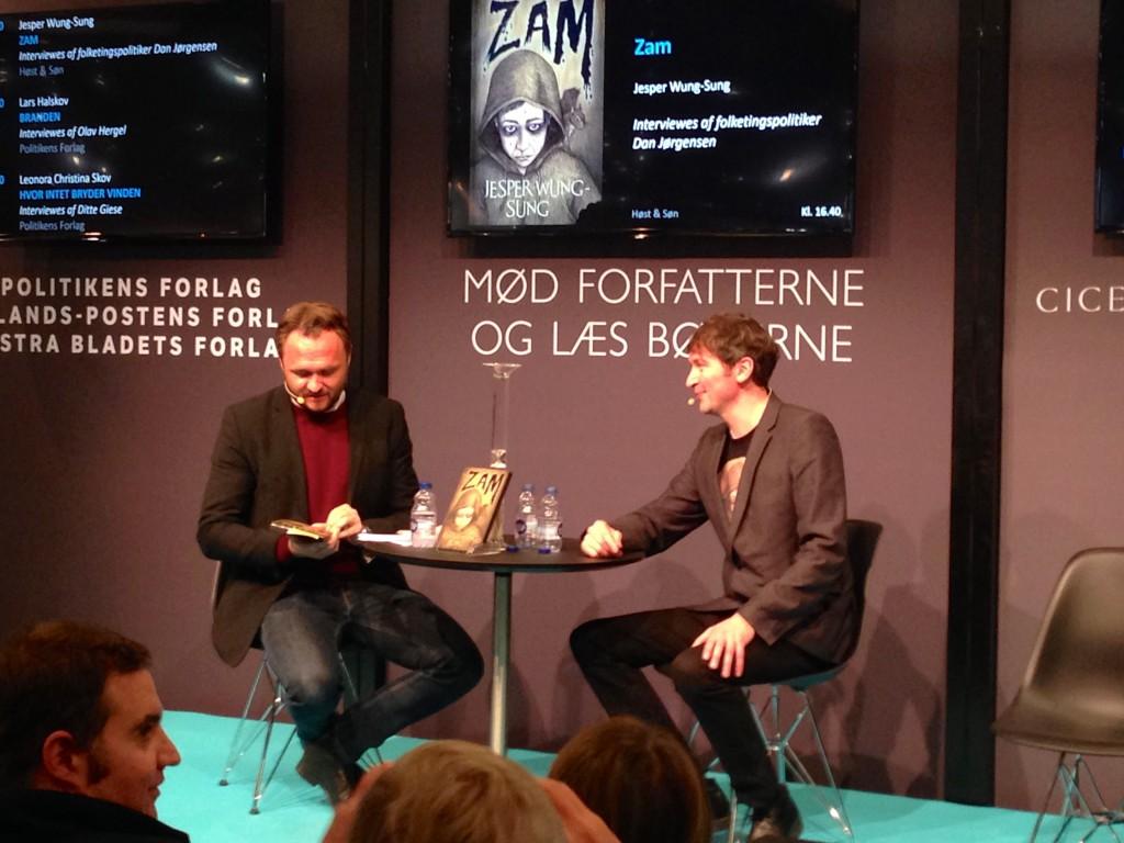 Jesper Wung-Sung i samtale med Dan Jørgensen.