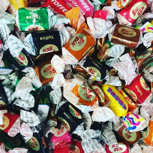 Det er karameldag i dag  total kaos hersker mitbogskabhellip