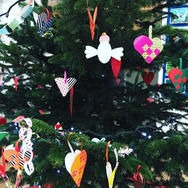 Farverig pynt p skolens juletr mitbogskab julerier julepynt juletr detfarverigeskolejuletr
